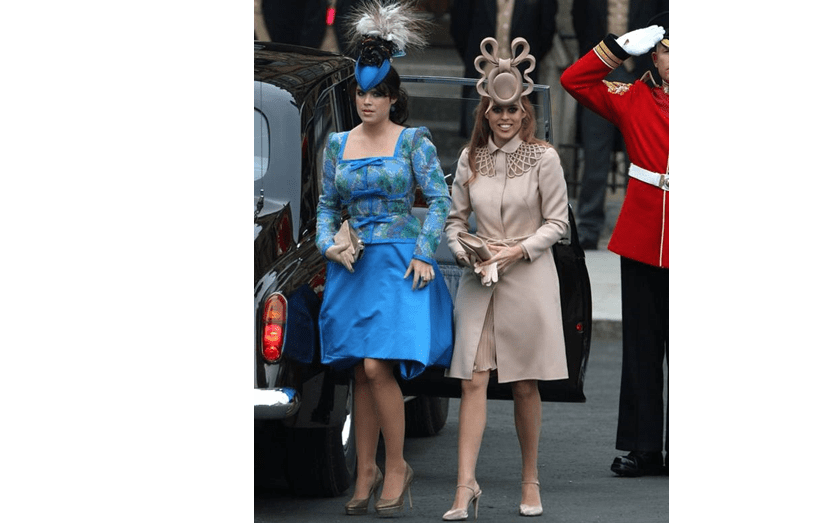 Eugenie, de azul, e a irmã Beatrice no casamento de William e Kate Middleton