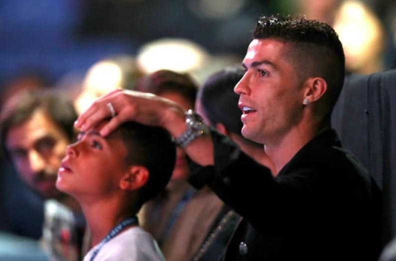 70eeb72a6e7 Cristiano Ronaldo troca mãe por milionário árabe em Réveillon de luxo com  os amigos - Nacional - FLASH!